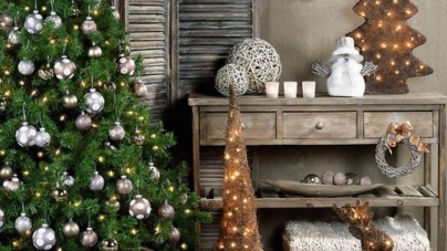 Christmas hallway decorating – exude a welcoming feeling from the entrance