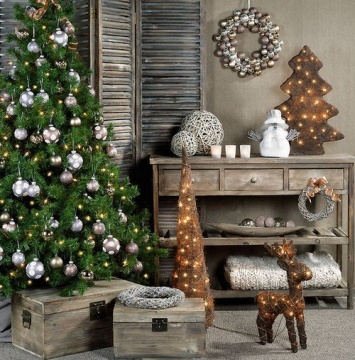 Christmas hallway decorating - exude a welcoming feeling from the entrance